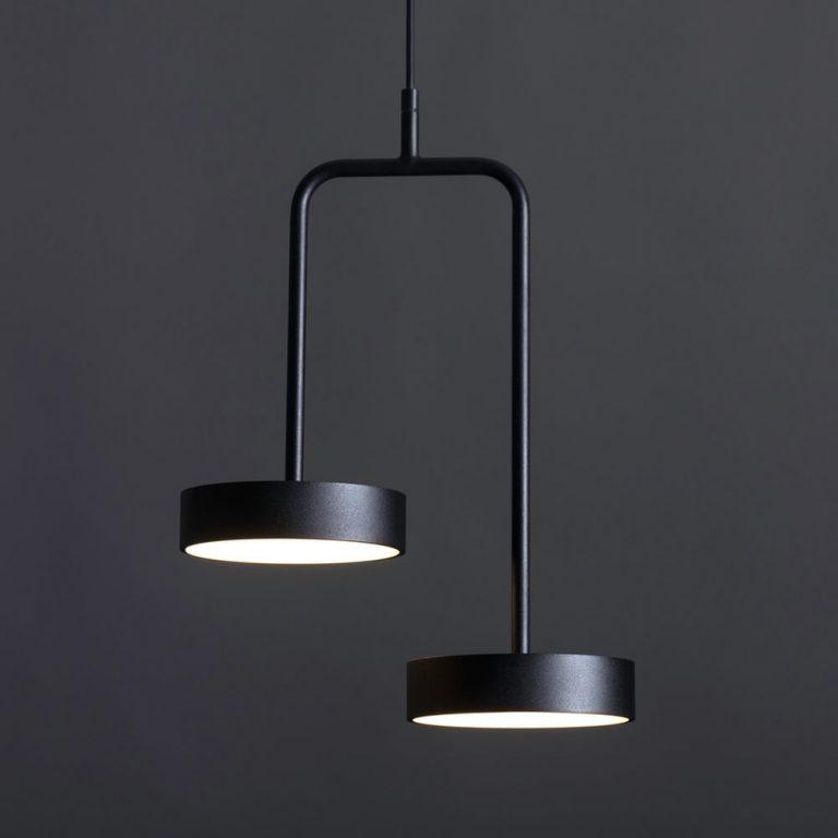 זוג מנורות תלויות שחורות בגבהים שונים