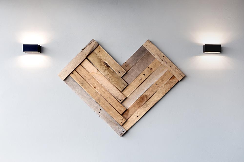 תאורת קיר אפ אנד דאון מדגישה פריט אומנות