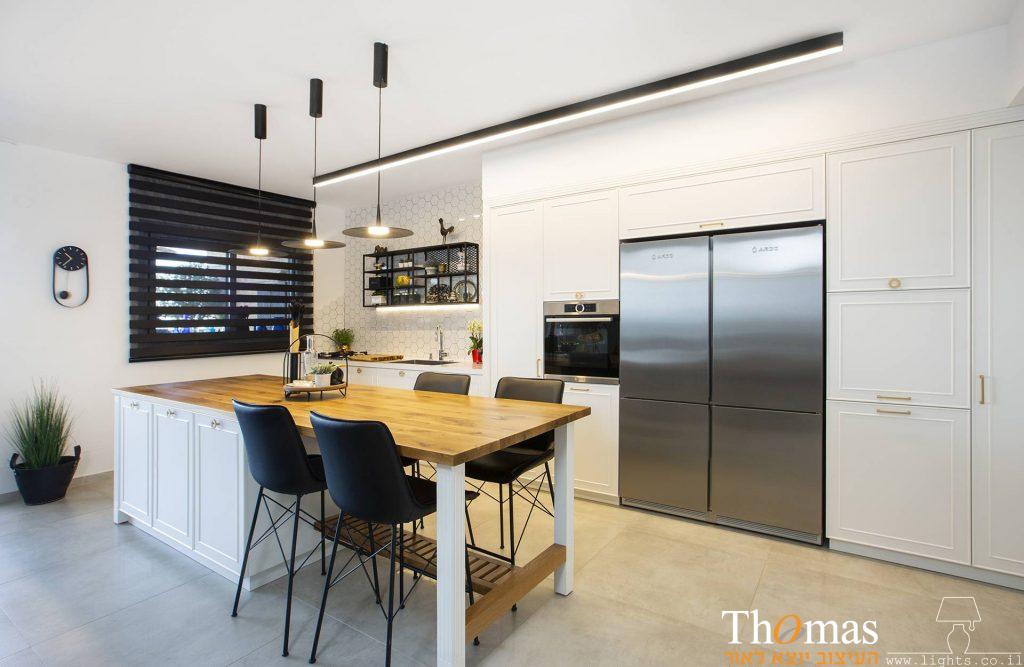 תאורת מטבח פרופיל צמוד תקרה ומנורות תלויות מעל אי