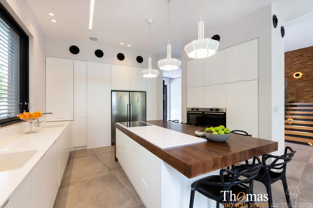 גופי תאורה דומיננטים מעל אי במטבח
