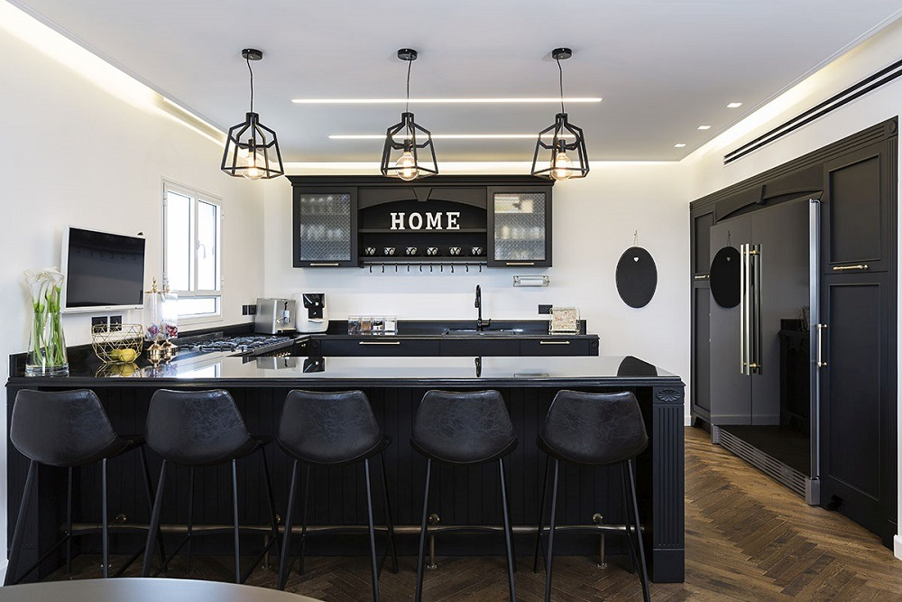 מנורות תלויות מעל אי במטבח